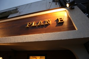 PLAN Bのカルプ文字看板