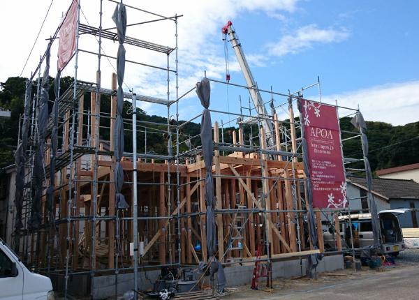 基礎と土台の上に柱が建てられ、横架材も組まれていきます。