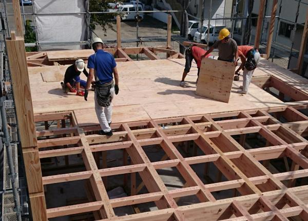 根太レス工法の床組みに構造用パネルを張っていきます。
