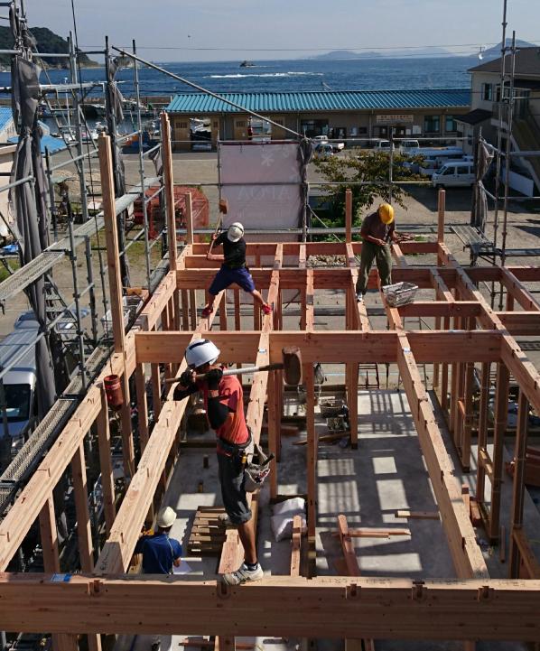 二階床組みの施工風景が今回のベストショット。