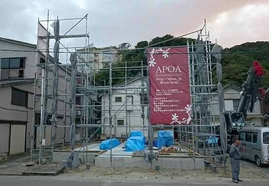 工事用足場が組みあがり、APOAの幕が張られます
