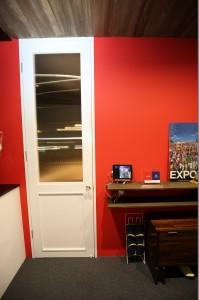 白の塗装 木の扉 事務所