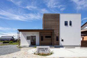 シンプルな外観デザイン 門柱と看板