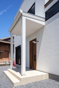 柱付き玄関入り口 玄関ステップタイル 門灯