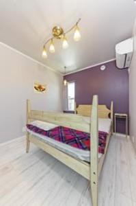 ベッドルームと紫の壁