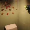 おしゃれな照明で葉っぱのタイルとピコガーデンがトイレの雰囲気を明るくさせます。