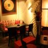 油絵と真紅のソファーとアクリル板の照明と胡蝶蘭が、高級感をだしている。油絵はインドネシアスタイル、家具は日本製です。