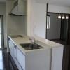 スッキリした白のキッチンはオープンカウンターです。
