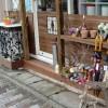 店の向かって右側には靴や傘、植木鉢などを置き、雑貨やのイメージを表現しました。