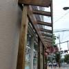 店の入り口を木枠で囲い、ナチュラルな店構えにしました。