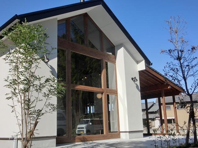自然素材を多く使った外壁は、杉と漆喰を使っています。こんま亭(ケーキ、カフェ)は、赤い暖炉を室内のポイント、煙突を外部のポイントとしながら、和風を感じさせる空間となっています。