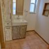 洗面所はより荒い木目の素材を使用し、さっぱりした雰囲気を出しました。