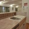 キッチンは白い木を使い、清潔感とナチュラルさを出しています。
