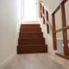 バルコニーへ続く階段も、光が差し込んで明るくなっています。