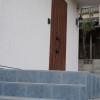 玄関はグレーの角タイルと木目調のドアでシックなイメージにしました。