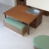 大きなダイニングテーブルはクッキングヒーター付で、ウォーターヒヤシンスのクッション椅子が落ち着いた雰囲気を演出します。