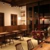 木の椅子をシンプルに並べ、オリジナルテーブルに空間の高さを意匠として、デザインされています。狭い空間と拾い空間の使い分けにより、ゆったり感が出ます。温かい木のぬくもりも感じることができ、日々を忘れるようなカフェ空間になりました。