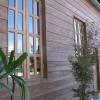 自然素材を多く使った外壁は、杉と漆喰を使っています。店の屋外には植物が植えられています。