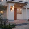 玄関はブラケットライト、ダウンライト、デッキライトを設置し、より明るい雰囲気を演出しました。