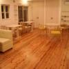 杉のフローリングは仕切りの無い30畳の広々とした空間です。奥もお店のように、無垢合わせ板を用いたテーブルと椅子が置いてあります。