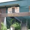 正面入り口です。鳥居のような木製の門を建てました。