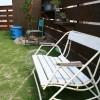 ウッドフェンスの側には白のベンチを置き、鉢等が置ける棚も設置しました。奥の木はソヨゴです。