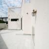 白い外壁に広々タイルデッキ・・・明るくメンテナンスもしやすい使い勝手の良い空間です。