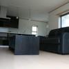 フロアコンセントを採用して、邪魔にならない場所に絨毯式の床暖房に対応できるようにしています。小さな工夫により便利さを出していくことができます。