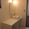 2階洗面化粧台。木製の椅子が入るタイプで少しカジュアルにつくりました。
