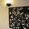 壁面にもこだわったインパクトのある手彫りのスリットと鉄の照明カバーでバリ風になりました。