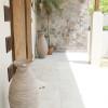 玄関前です。直輸入のテラコッタと乱張りの石がバリっぽさを出しています。