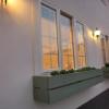 木製の窓手摺にプランターを置いて、緑を楽しめるようにしました。