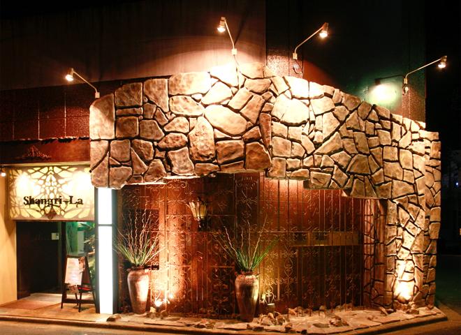 VIPなカラオケルーム【Shangri-La】  バリ家具で高級感を出す  三重県津市
